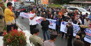 Warga mendatangi Kantor Bupati Dairi untuk menyampaikan aspirasi dan diterima Asisten I Pemerintahan Ramlam Sitohang