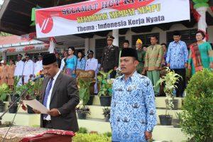 BACA TEKS PROKLAMASI: Wakil Ketua DPRD Dairi Ir Benpa Hisar Nababan membacakan teks Proklamasi HUT RI ke-71 di Kecamatan Siempat Nempu, Rabu (17/8) di Halaman SMP Negeri 1 Buntu Raja.